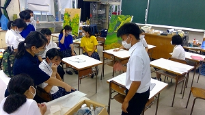 さすがアーティスト!美術部員から我々が考えてもいなかった面白いアイデアがバンバン出てきます。先生方も交え白熱した話し合いに!
