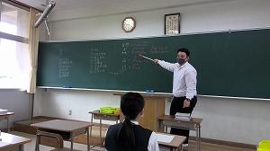 Y先生もはじめは緊張して固い感じでしたが、今はノリノリです。カタカナや漢字は苦手で困ったときは逆に生徒たちがフォロー。お互いに教えあっています。