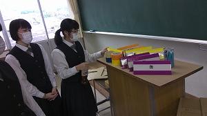 生徒会室(142教室)で作りました。