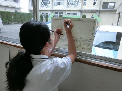 窓ガラスに透かしてペン描き