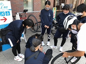 JR新居浜駅の「CYCLE PIT」で輪行袋に入れる実践練習。2台を輪行袋に無事入れることができました。(15~20分くらい)