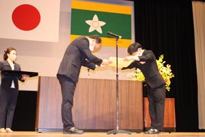 県民環境部長宇佐美伸次氏より表彰状を授与される様子