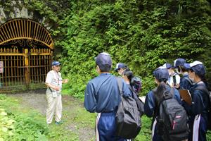第三通洞について説明される石川潔会長さん
