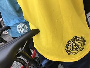 後ろ右すそには世界のTKデザインの「チョ歴」のロゴをデザイン! 裾のinは厳禁!!