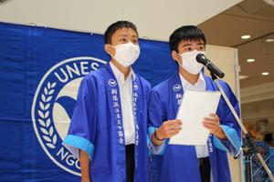 平和宣言を読み上げる戸田さんと村上さん