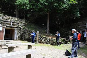 別子銅山最初の坑口「歓喜坑」ガイドの様子