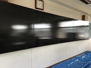 実は旧黒板の上にマグネットのホワイトボードのシートを貼り付けるそうです。これからお化粧してきれいになっていきます。
